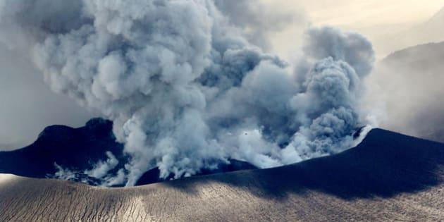 噴火口も数カ所に増え、盛んに噴煙をあげる新燃岳の火口=6日午後1時48分、宮崎・鹿児島県境、 朝日新聞社ヘリから、堀英治撮影