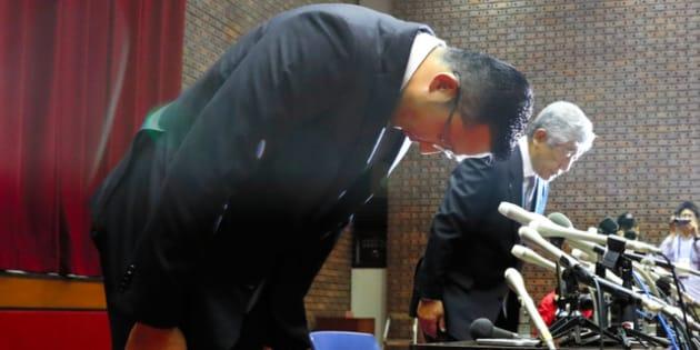 会見の最後、頭を下げる日大アメフト部の井上奨コーチ(左)。隣は内田正人・前監督=2018年5月23日