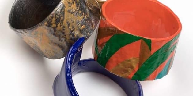 Pulseras hechas de basura, a mano.