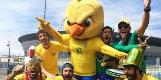 Luiz Carvalho (agachado, de boné verde), é o criador do hit que está empurrando a Seleção na Rússia.