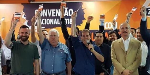 Paulinho da Força (com o microfone) e Aldo Rebelo na convenção que formalizou apoio do Solidariedade à candidatura de Geraldo Alckmin.