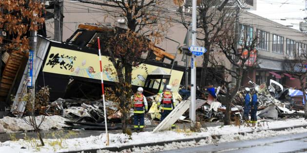 爆発で倒壊した建物付近を調べる消防隊員ら=2018年12月17日午前、札幌市豊平区、白井伸洋撮影
