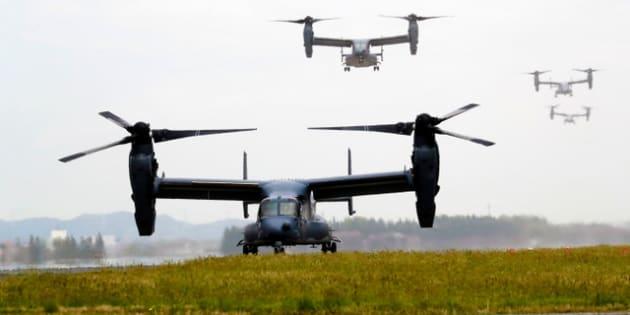 米軍横田基地の滑走路に着陸するオスプレイ=2018年4月5日午前11時31分、東京都福生市、鬼室黎撮影
