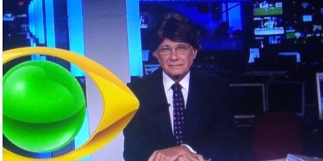 Apresentador Ricardo Boechat deu um susto nos espectadores ao aparecer usando peruca no Jornal da Band.