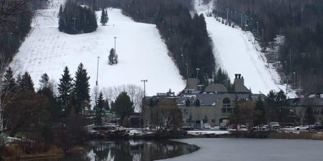 Sommet St-Sauveur jeudi. Quelques skieurs malgré le temps doux