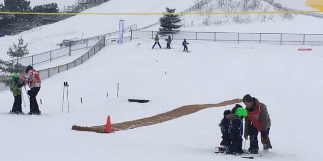 La Pente-à-Neige au Parc Ignace-Bourget à Montréal offre une initiation aux plaisirs d'hiver en milieu urbain.