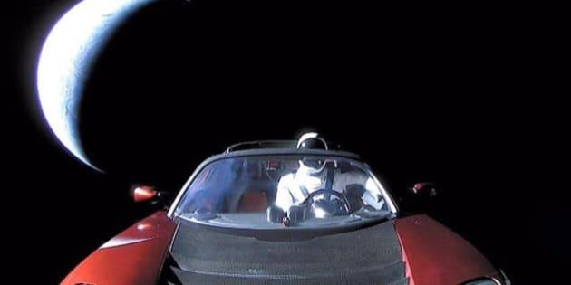 La dernière photo de la Tesla d'Elon Musk, en route vers l'espace, est bourrée de références geeks
