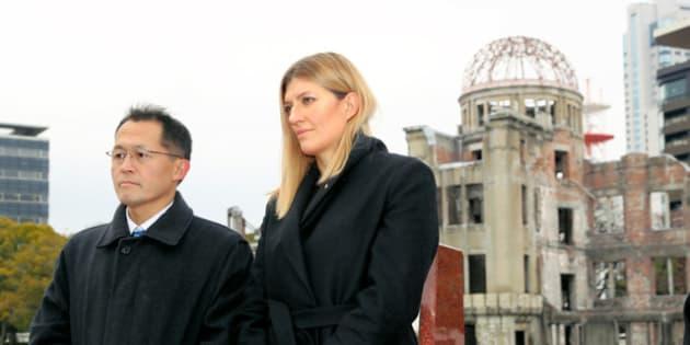 原爆ドームの近くを訪れたICANのフィン事務局長(右)と国際運営委員の川崎哲さん=15日午前9時42分、広島市中区、上田幸一撮影