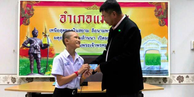 タイ北部チェンライで8月8日、洞窟に閉じ込められて救出された13人のうち、タイ国籍を持っていなかった少年(左)にタイ国籍が付与された。地元行政当局提供=AP