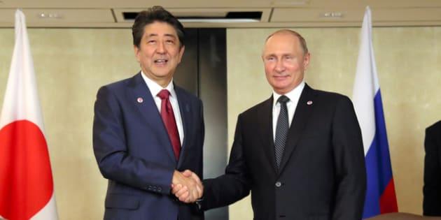 ロシアのプーチン大統領(右)との首脳会談の冒頭、握手を交わす安倍晋三首相=2018年11月14日、シンガポール、岩下毅撮影