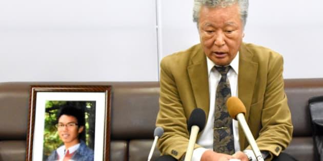 木戸大地さんの遺影とともに会見する父の一仁さん=19日、広島市中区、小林圭撮影