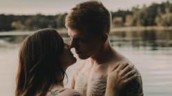 「彼は私を世界一愛してくれる」トップレスの愛の写真にぐっとくる