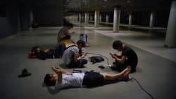 札幌駅前の地下通路で途方にくれる、行き場ない旅行客。暗闇の大都市