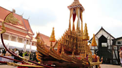 黄金色の車、プミポン前国王の葬儀で使います タイが山車のような車を披露
