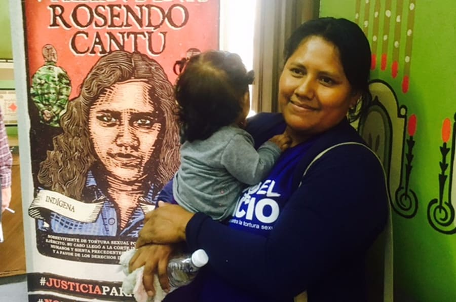 Valentina Rosendo Cantú carga a su hija al terminar la conferencia de prensa en el Club de Periodistas de Ciudad de México, el 18 de junio de 2018.