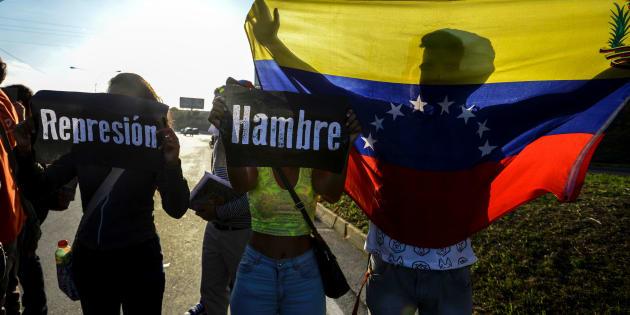 Los estudiantes participan en una protesta contra el presidente venezolano Nicola Maduro en la carretera principal de Caracas, el 30 de marzo de 2017, luego de que La Suprema Corte de Venezuela asumiera el miércoles los poderes legislativos de la Asamblea Nacional.