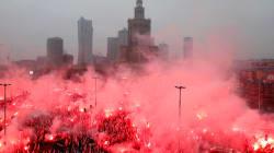 Le destre in marcia a Varsavia per i 100 anni dell'indipendenza polacca: slogan e canti