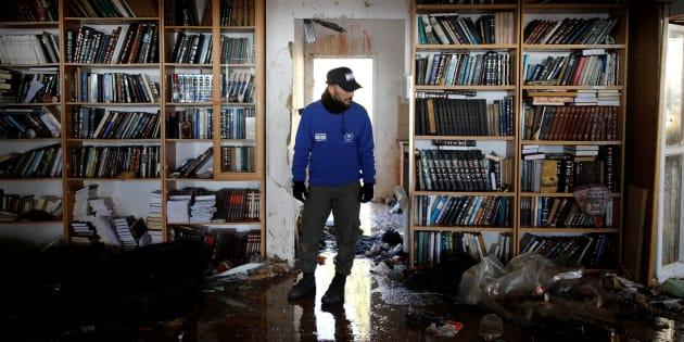 Un policier israélien inspecte une synagogue lors du deuxième jour de l'évacuation de la colonie d'Amona, le 2 février 2017. REUTERS/Amir Cohen