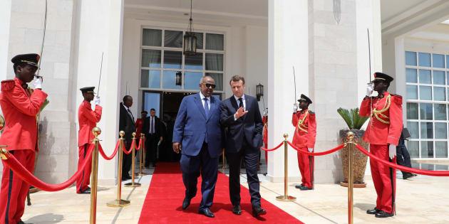 Emmanuel Macron à Djibouti avec le président Ismail Omar Guelleh devant le palace présidentiel, mardi 12 mars 2019.