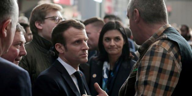 Emmanuel Macron a multiplié les échanges -parfois éloignés du monde agricole- lors de sa visite au salon de l'agriculture.