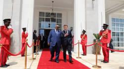 Macron s'échappe du grand débat pour une parenthèse inédite en Afrique de