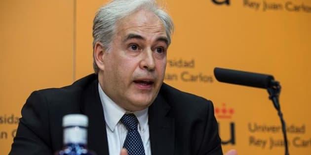 Pablo Chico de la Cámara, durante una rueda de prensa en la Rey Juan Carlos para explicar los detalles del título de Cristina Cifuentes.
