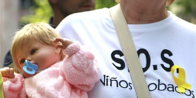 Una mujer, en una manifestación por el caso de los bebés robados.