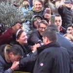 Selfie e baciamano per Salvini ad Afragola. E c'è chi grida: