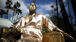 À 3 jours des Oscars, une statue de Weinstein en peignoir installée sur Hollywood