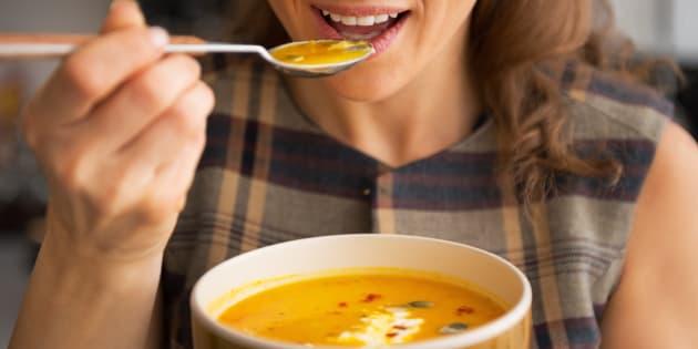 """""""Existe um padrão que nosso organismo cria. Quando comemos certos alimentos nosso organismo fica viciado"""", disse a nutricionista Camila Laranja"""