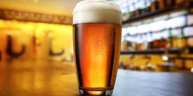 Un vaso de cerveza sobre una mesa.