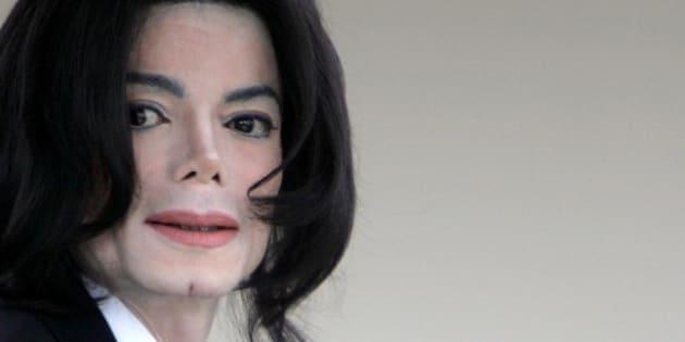 Michael Jackson au tribunal de Santa Barbara en Californie pour le deuxième jour de son procès pour abus sur mineur, en février 2005.