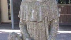 Cette statue devant une école catholique a été couverte pour les bonnes