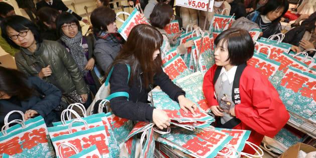 初売りで混雑する百貨店の福袋売り場=2018年1月1日、東京都豊島区の西武池袋本店