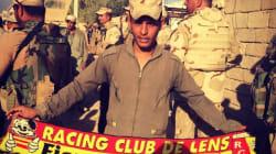 Un soldat irakien pose avec une écharpe du RC Lens à