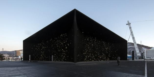 """Pour les JO, l'architecte Asif Khan a construit """"le bâtiment le plus sombre de la Terre"""" à Pyeongchang (ici photographié le 7 février)."""