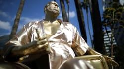 Une statue de Weinstein en peignoir installée sur Hollywood