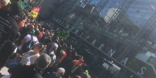 Des cheminots tentent d'envahir la gare Montparnasse