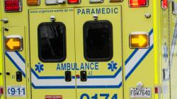 Des ambulanciers manifestent devant le bureau du ministre Barrette à