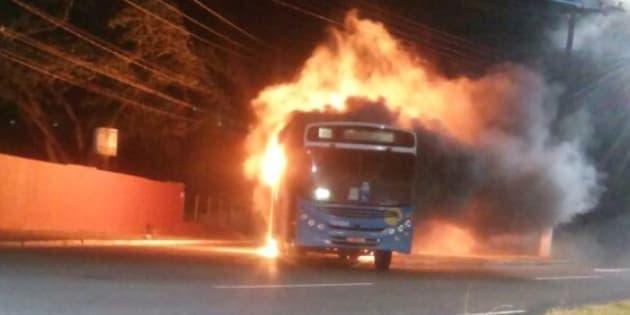 Ônibus incendiado no Espírito Santo em dia de greve da Polícia Militar