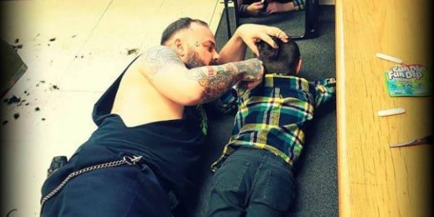 Ce coiffeur s'allonge sur le sol pour terminer la coupe d'un enfant autiste