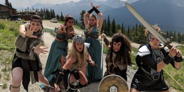 La future mariée, Alex Pinkerton, et ses demoiselles d'honneur portent des armures, des épées et des boucliers. Des tenues inspirées par Wonder Woman et les amazones.