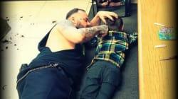 Ce coiffeur s'allonge sur le sol pour terminer la coupe d'un enfant