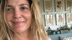 Drew Barrymore encourage l'acceptation de soi et le met en pratique en posant sans