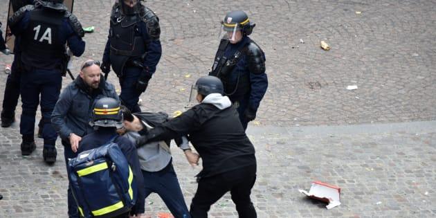 """Les observateurs accompagnant la police doivent dorénavant porter un """"signe distinctif"""" et signer une charte."""