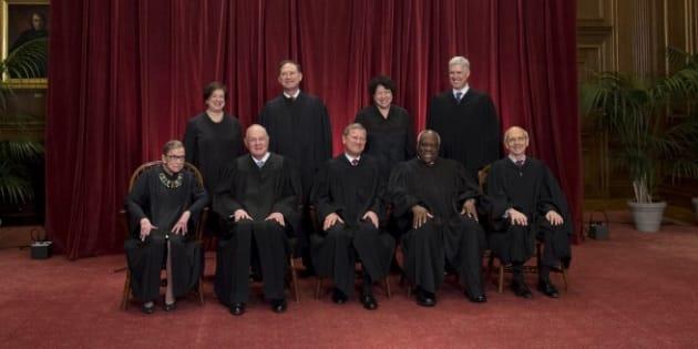Le juge de la Cour suprême américaine Anthony Kennedy (assis, deuxième depuis la gauche) prend sa retraite