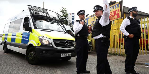 Attentat de Londres: Nouvelles arrestations après l'attaque revendiquée par l'État islamique (Photo: des policiers britanniques devant les lieux d'un perquisition à Newham, dans l'est de Londres, le lundi 5 juin 2017)