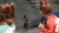 Cet employé d'aéroport a accompagné à la perfection ces petites filles qui