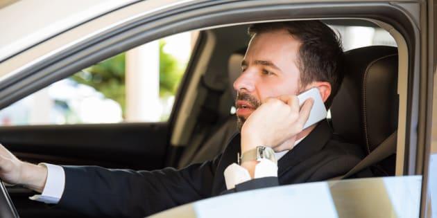 Dietrofront sul raddoppio delle sanzioni per chi parla al telefono mentre guida. Salta anche l