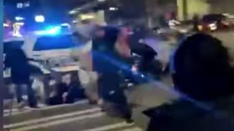 Протесты против полицейского Такомы, проезжающего на своей машине по уличным гонщикам